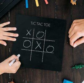 jaq-jaq-bird-lavagnetta-giochi-da-viaggio-games-5in1-con-gessetti-zero-polvere-tris-e-4-altri-giochi-classici-colorare_67738_zoom.jpg